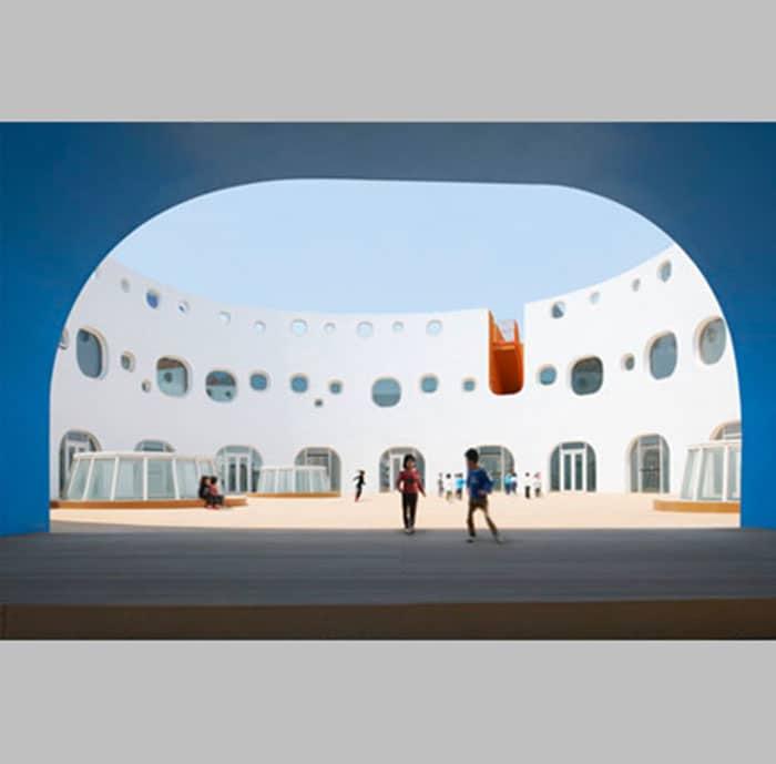 Thiết kế Trường mầm non 3 tầng với những đường cong sắc màu