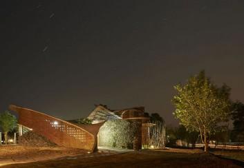 Ngôi nhà gạch uốn lượn ở Ấn Độ thân thiện với môi trường
